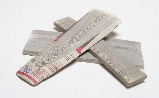 Drewno gazetowe, ułożeniem warstw imituje słoje drewna naturalnego.