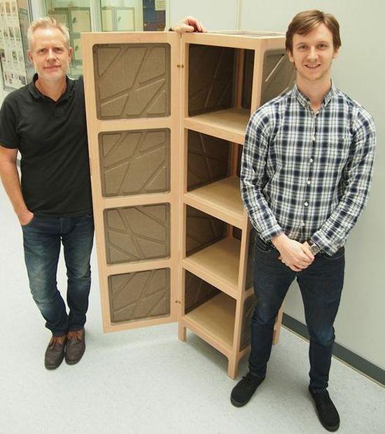 Roger Bateman (z lewej) oraz Matt Harding przy swoim produkcie. Foto: Sheffield Hallam University.