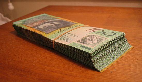Tak wygląda plik 10 tysięcy dolarów australijskich w banknotach o nominale 100$.