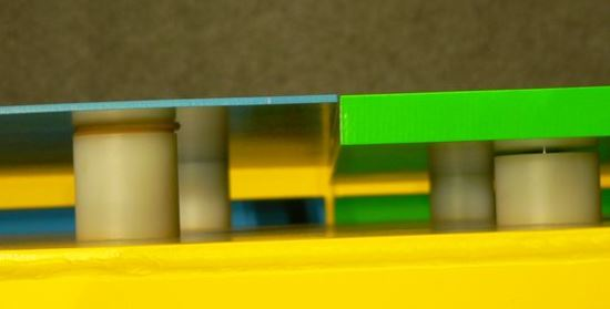 Porównanie dwóch płyt opancerzenia. Po lewej płyta ze stali nanokrystalicznej, po prawej nanoceramika.