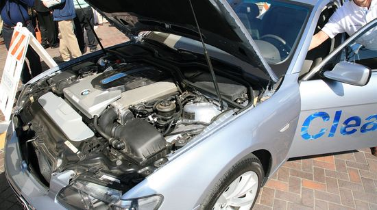 Silnik hybrydowego samochodu BMW CleanEnergy zasilanego wodorem oraz benzyną.